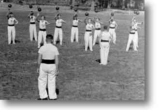 Rundgewichtsriege 1948/49 beim Jonglieren